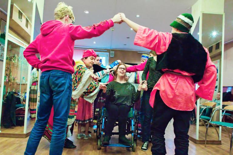 Волонтёры из центра «Палитра» участвуют в проведении «Северной вечорки» в центре реабилитации в Крылатском