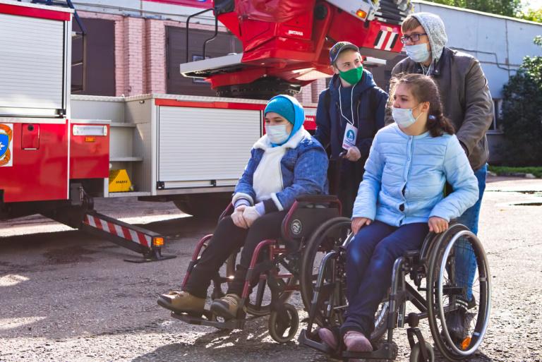 Волонтёры из центра «Палитра» помогают участникам проекта «Подростковый клуб» на экскурсии в пожарную часть