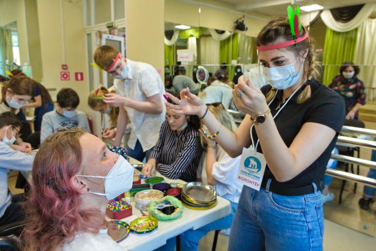 Волонтёры из МСПИ проводят квест «День индейца» в московском ДК «Темп»
