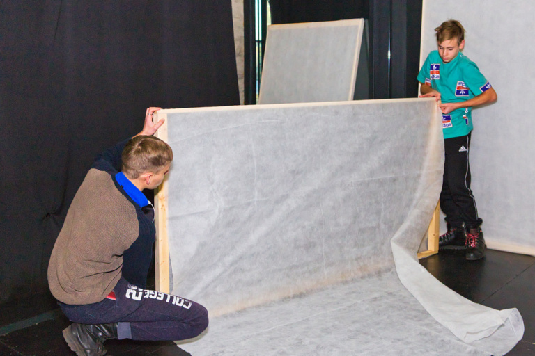 Волонтёры из гимназии Иоанна Богослова и центра «Палитра» помогают монтировать декорации для инклюзивного спектакля «Сны Алисы»