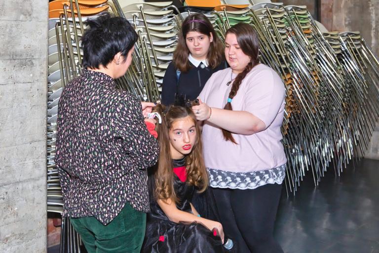 Волонтёры из гимназии Иоанна Богослова и центра «Палитра» помогают юным актёрам готовиться к показу инклюзивного спектакля «Сны Алисы»