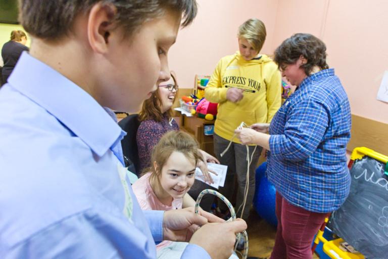Волонтёры из гимназии Иоанна Богослова и центра «Палитра» проводят исторический квест в центре реабилитации в Крылатском