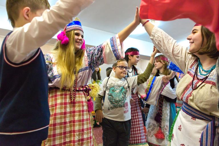 Волонтёры из школы №1103 участвуют в проведении «Северной вечорки» в центре реабилитации в Реутове