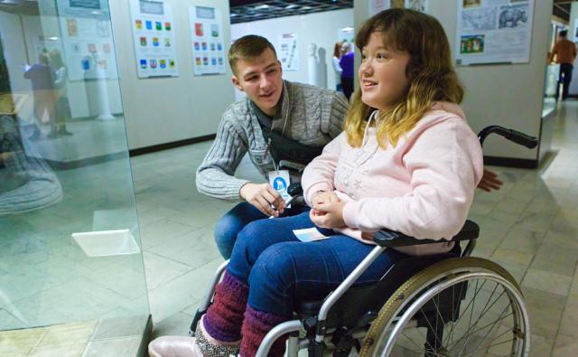 Волонтёры из школы №1103 помогают участникам проекта «Подростковый клуб» на экскурсии в Дарвиновский музей