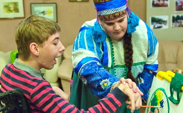 Волонтёр Полина помогает юному художнику