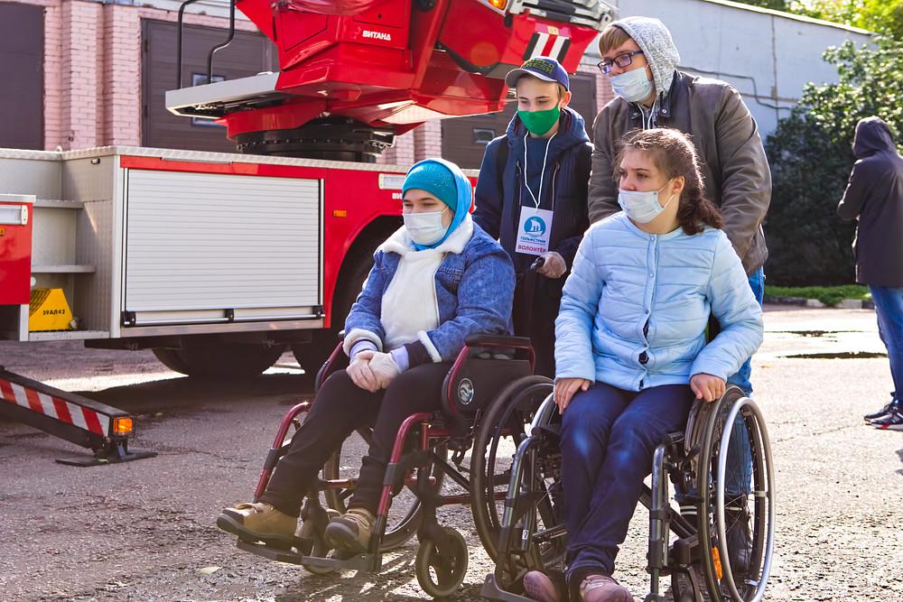 Волонтёры Влад и Данила — заботливые и надёжные помощники