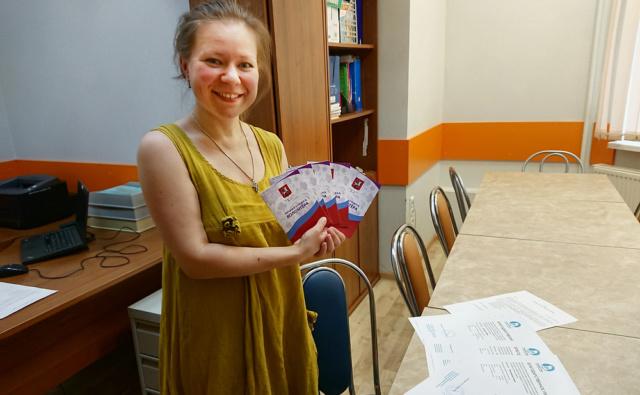 Психолог Центра поддержки семьи «Палитра» Елена Архипова получила волонтёрские книжки для вручения юным волонтёрам