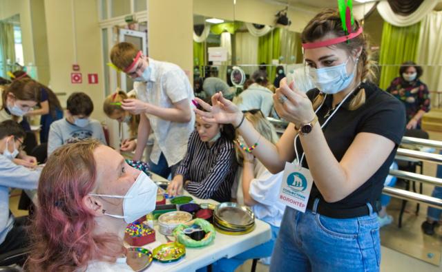 Студенты-волонтёры помогали подросткам с ОВЗ выполнять задания квеста