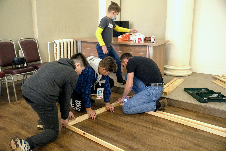 Волонтёры помогают монтировать декорации для спектакля