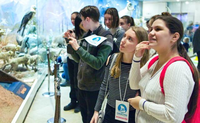 Волонтёры с участниками «Подросткового клуба» в Дарвиновском музее